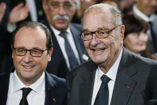 French President Francois Hollande (L) and former French President Jacques Chirac pose before attending the award ceremony for the Prix de la Fondation Chirac at the Quai Branly Museum in Paris November 21, 2014.  REUTERS/Patrick Kovarik/Pool